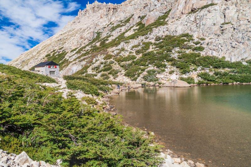 Хижина Refugio Frey и озеро Laguna Toncek горы стоковое изображение rf