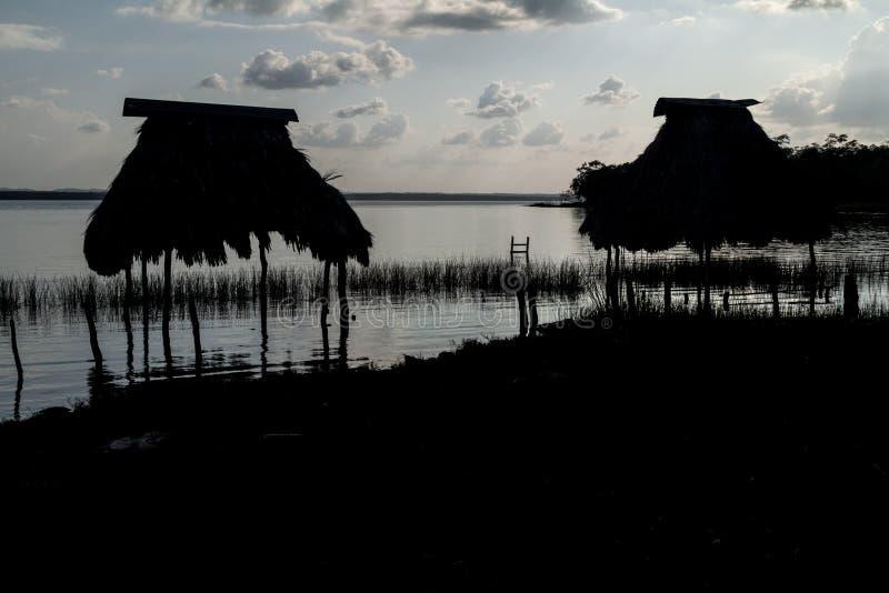 Хижины на озере Peten Itza, Guatema стоковая фотография rf
