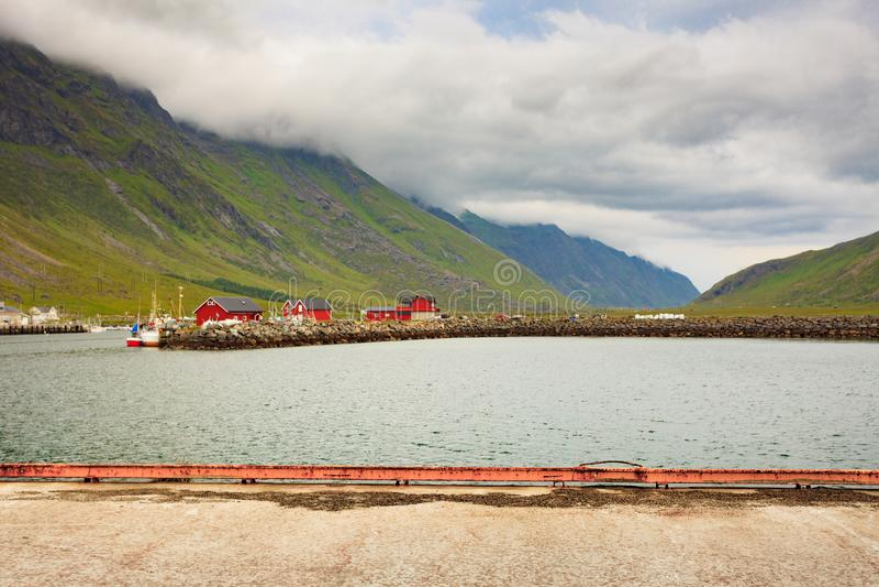 Хижины норвежского рыбацкого поселка красные, Lofoten Норвегия стоковые изображения rf