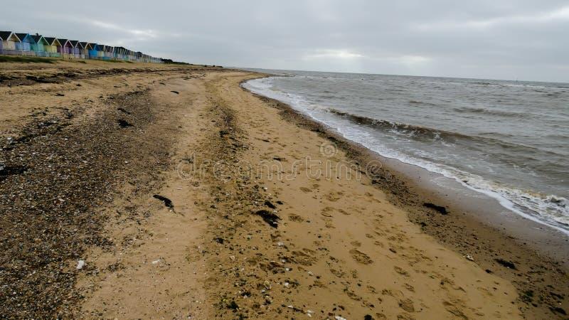 Хижины пляжа в Англии после шторма в западном Mersea, Англии Великобритании стоковые изображения
