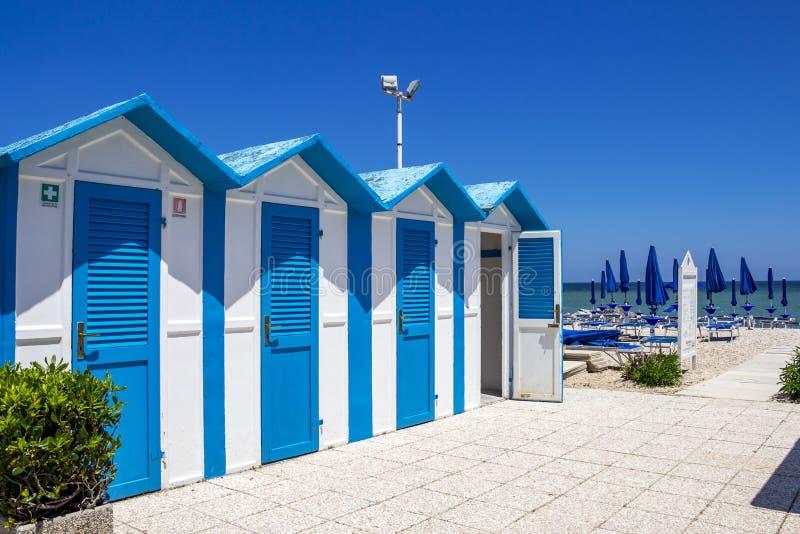 Хижины пляжа на Порту Recanati, Италии стоковые фотографии rf