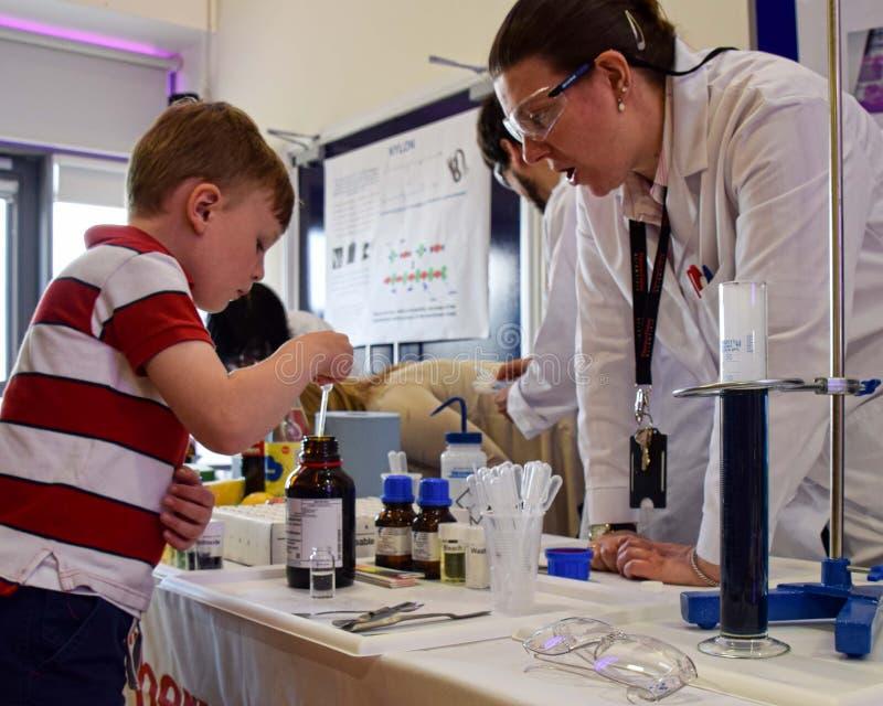 Химики tak лаборатории день из лаборатории для того чтобы научить детям о химии как часть СТЕРЖНЯ Великобритании, науке, технолог стоковое фото rf