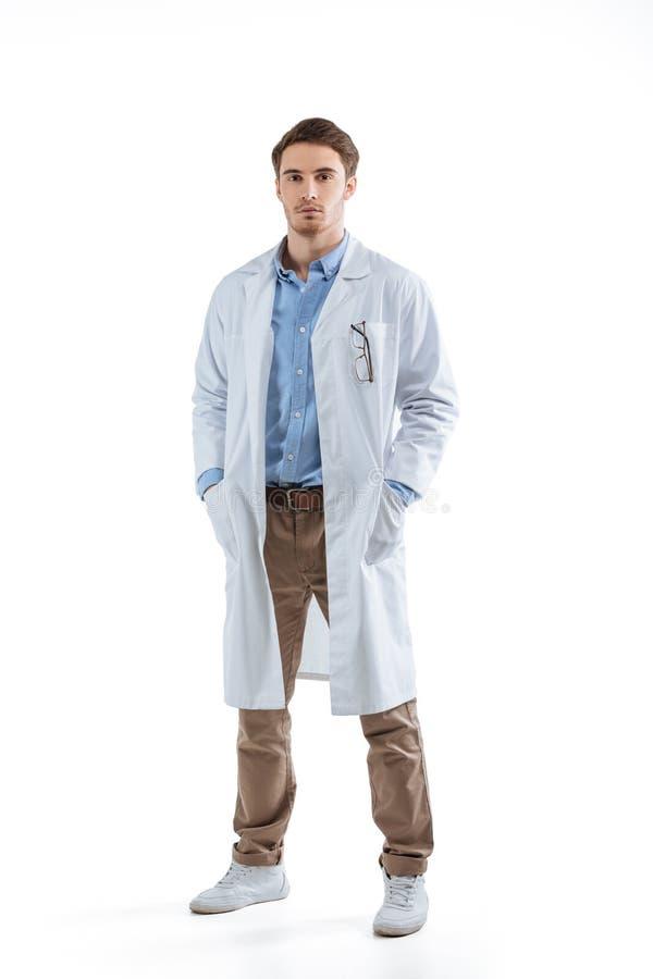 Химик в белом пальто стоковое фото