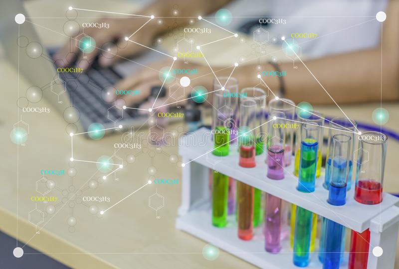 Химик молодой женщины, исследование, проверка данных, работа с жидкостными химикатами красочными в стеклянных лампах для косметик стоковые изображения rf