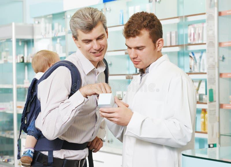 Химик, отец и ребенок фармации в аптеке стоковые фотографии rf