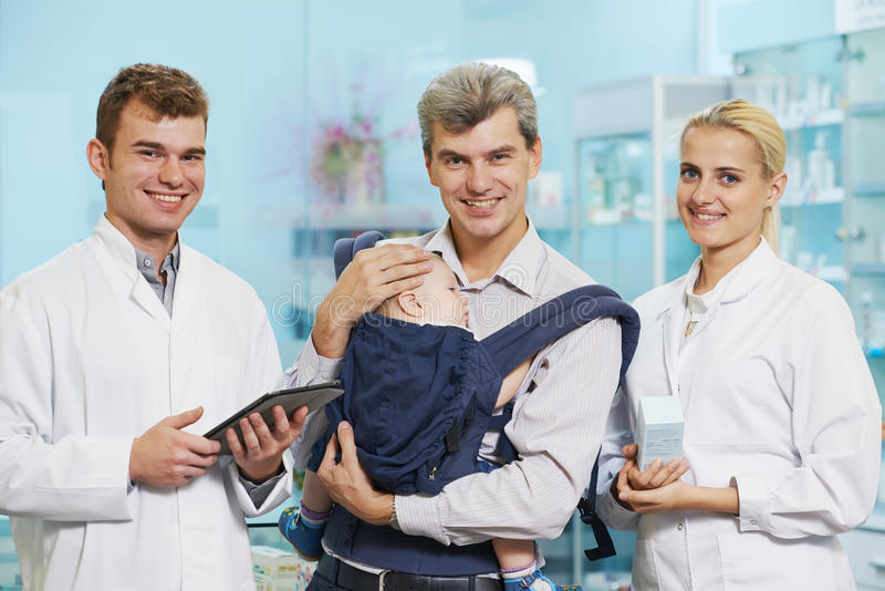 Химик, отец и ребенок фармации в аптеке стоковые изображения rf