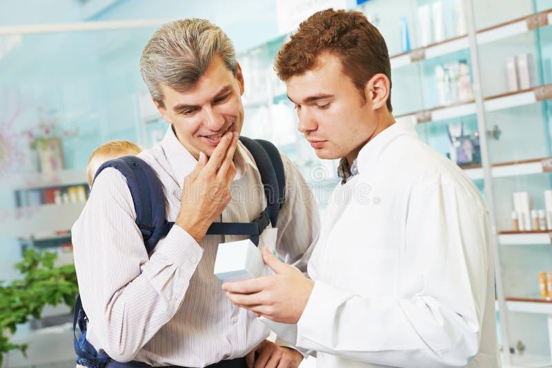 Химик, отец и ребенок фармации в аптеке стоковая фотография rf