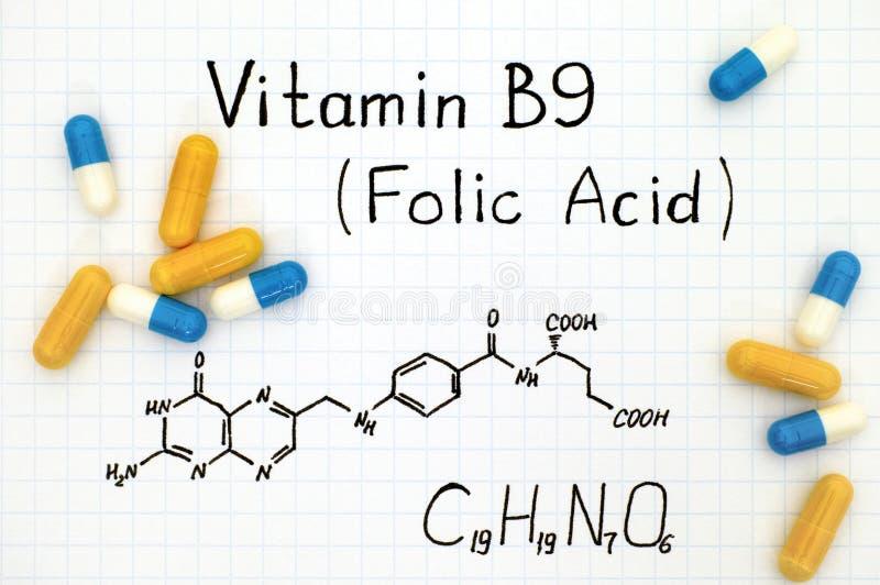 Химическая формула фолиевой кислоты витамина B9 с пилюльками стоковое фото rf