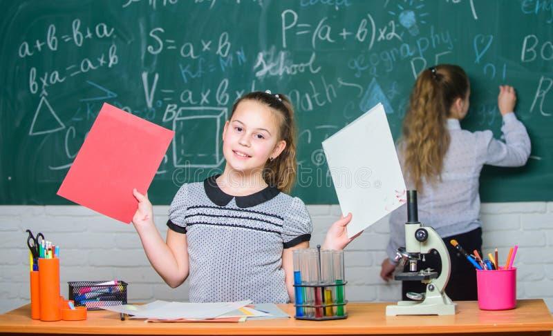 Химические реакции пробирок микроскопа Зрачки на доске Завораживающая наука Воспитательный эксперимент Официальный стоковое изображение rf