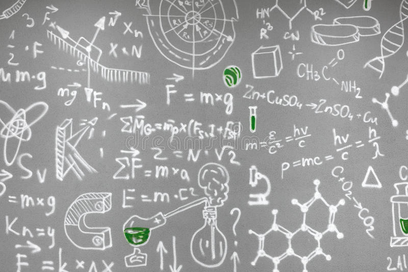Химические формулы нарисованные на серой стене стоковые фото