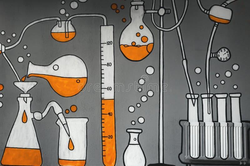 Химические формулы нарисованные на серой стене стоковая фотография rf