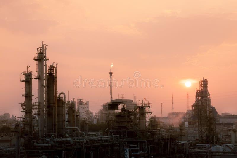 Химический завод и нефтеперерабатывающий завод на рассвете стоковая фотография rf