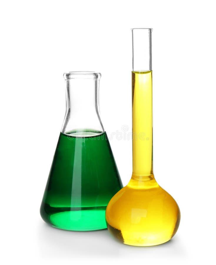 Химическое стеклоизделие с красочными образцами на белой предпосылке стоковая фотография rf