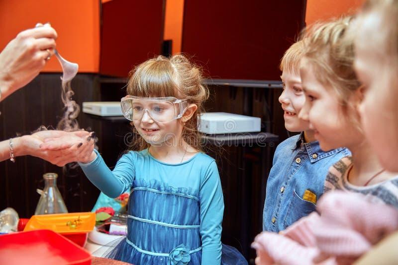 Химическое шоу для детей Профессор унес химические эксперименты с жидким азотом на маленькой девочке дня рождения стоковые фото
