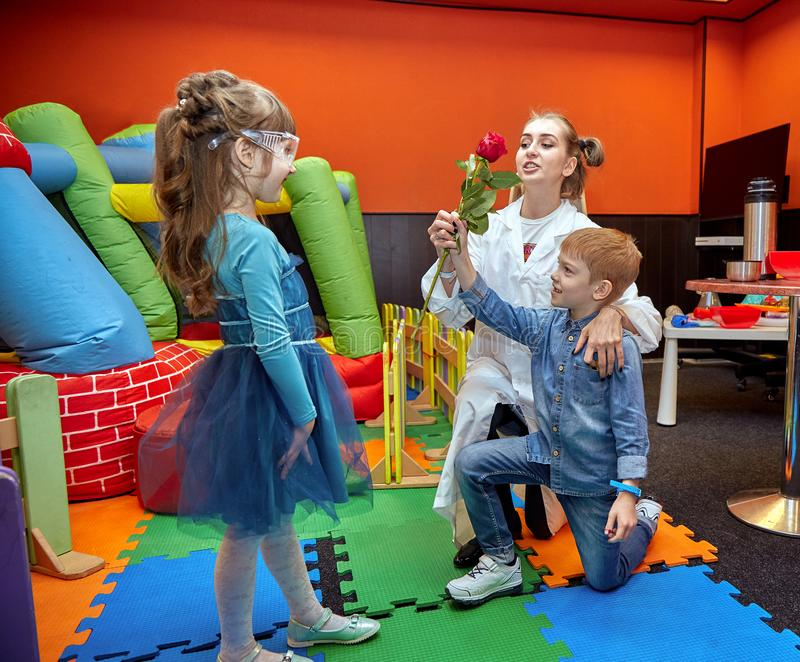 Химическое шоу для детей Профессор унес химические эксперименты с жидким азотом на маленькой девочке дня рождения стоковая фотография