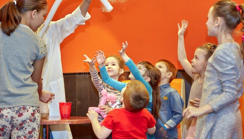 Химическое шоу для детей Профессор унес химические эксперименты с жидким азотом на маленькой девочке дня рождения стоковые изображения rf