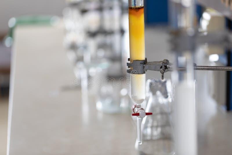 Химия колоночной хроматографии в лаборатории стоковое изображение