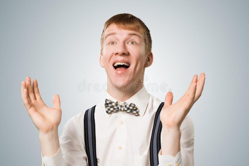 Хипстер усмехаясь широко с удовлетворенным взглядом стоковые изображения rf