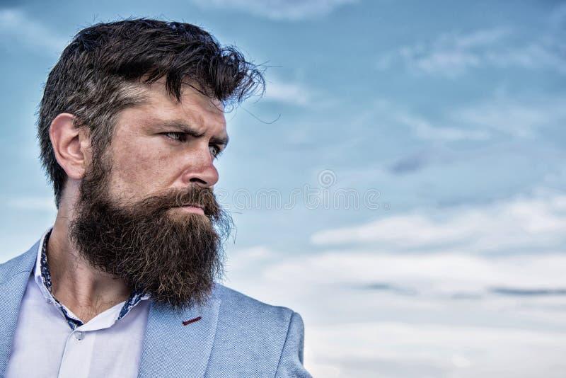 Хипстер человека бородатый с предпосылкой голубого неба усика Проводник окончательного усика холя Экспертные подсказки для расти  стоковое изображение rf