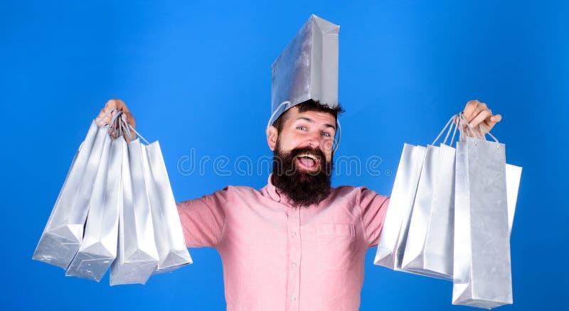 Хипстер человека бородатый с хозяйственными сумками серии Не смогл сопротивляться скидке черная покупка пятницы Счастливые покупк стоковое изображение rf