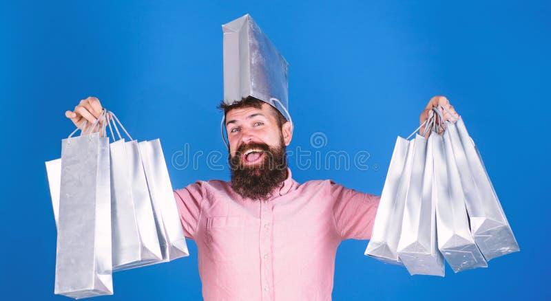 Хипстер человека бородатый с хозяйственными сумками серии Не смогл сопротивляться скидке Покупки в черную пятницу Счастливые поку стоковые изображения rf
