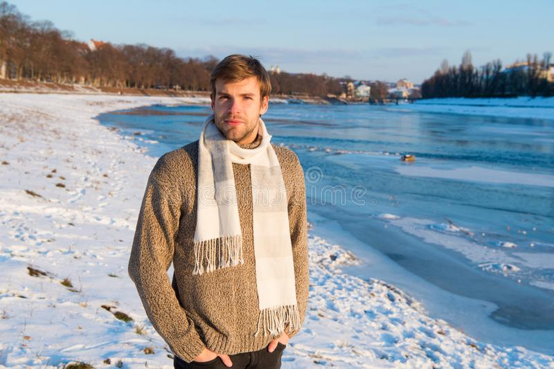 Хипстер человека небритый красивый в стойки шарфа свитера knitwear предпосылке реки шерстяной замороженной Красота ландшафта зимы стоковая фотография