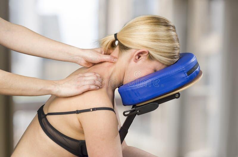 Хиропрактор, физиотерапевт давая задний массаж женщине p стоковое изображение