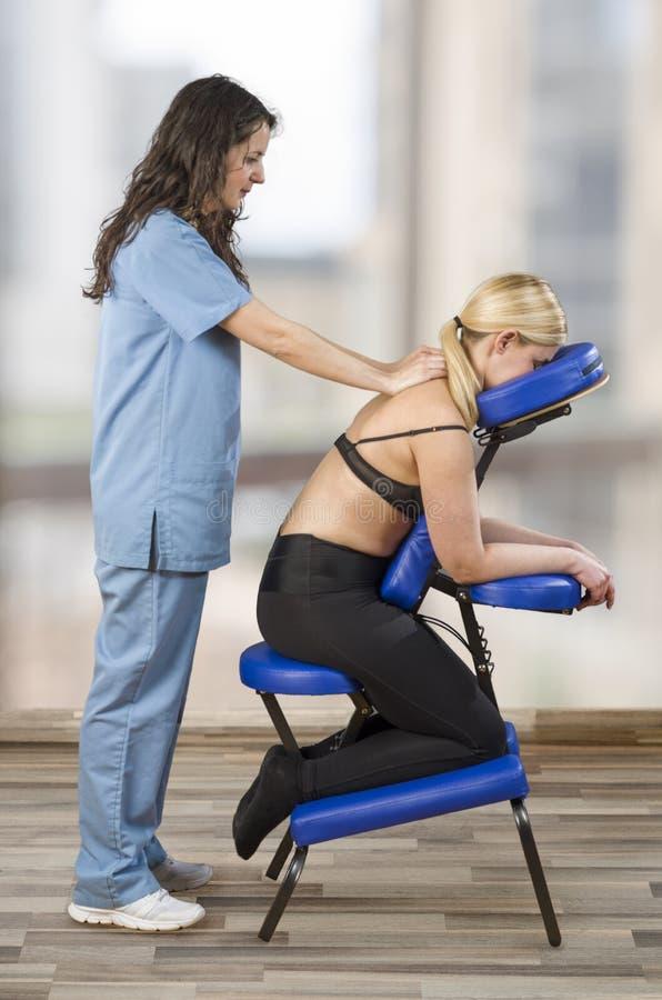 Хиропрактор, физиотерапевт рассматривая ее терпеливые заднюю часть и doi стоковое изображение rf