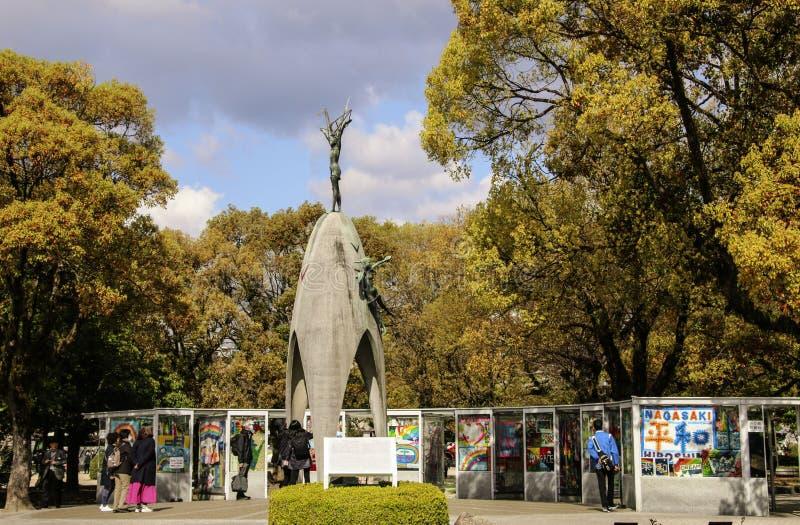 ХИРОСИМА, ЯПОНИЯ - 1-ОЕ АПРЕЛЯ 2019: Туристы посещая памятник мира детей, для того чтобы чествовать Sadako Sasaki стоковое изображение