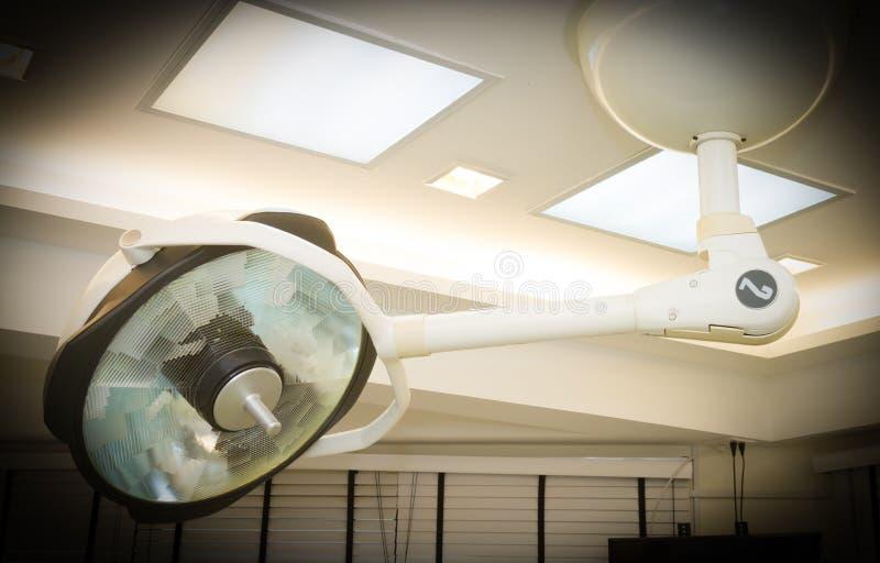 Хирургические лампы висят в комнате деятельности стоковое фото rf