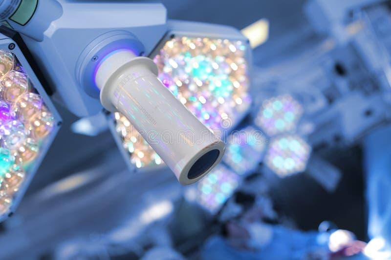 Хирургический свет на предпосылке работая хирурга в опере стоковые фотографии rf