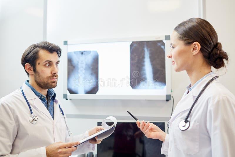 Хирурги на больнице стоковое фото