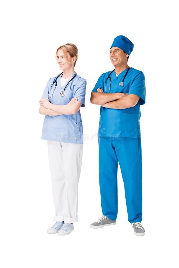 Хирург и медсестра со сложенными оружиями стоковые изображения