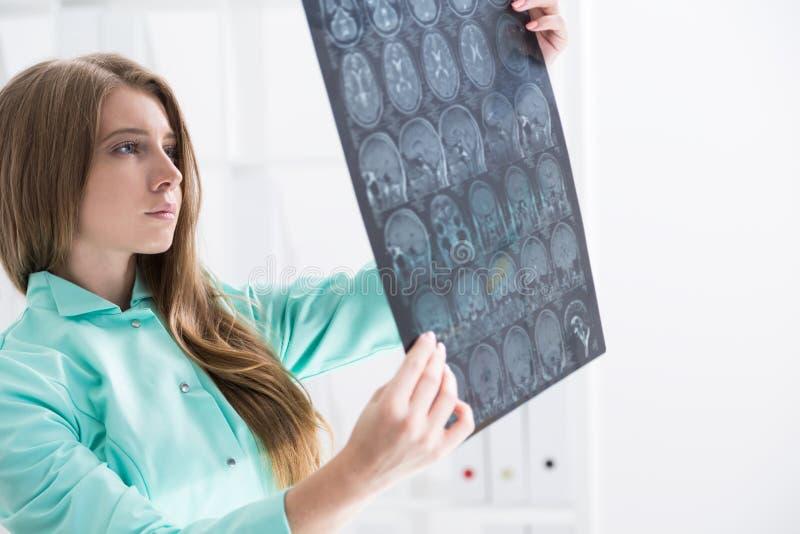 Хирург мозга в зеленой мантии стоковые изображения