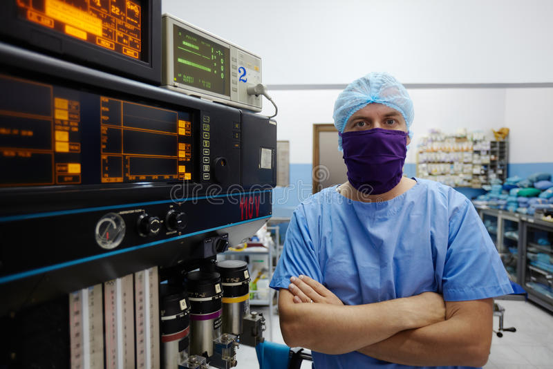 Хирург смотря камеру в комнате деятельности клиники стоковые фотографии rf