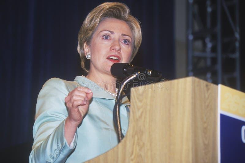 Хиллари Родэм Клинтон, говорит на национальном совещании делегатов латиноамериканца, на 2000 демократичных конвенциях на Staples  стоковая фотография rf