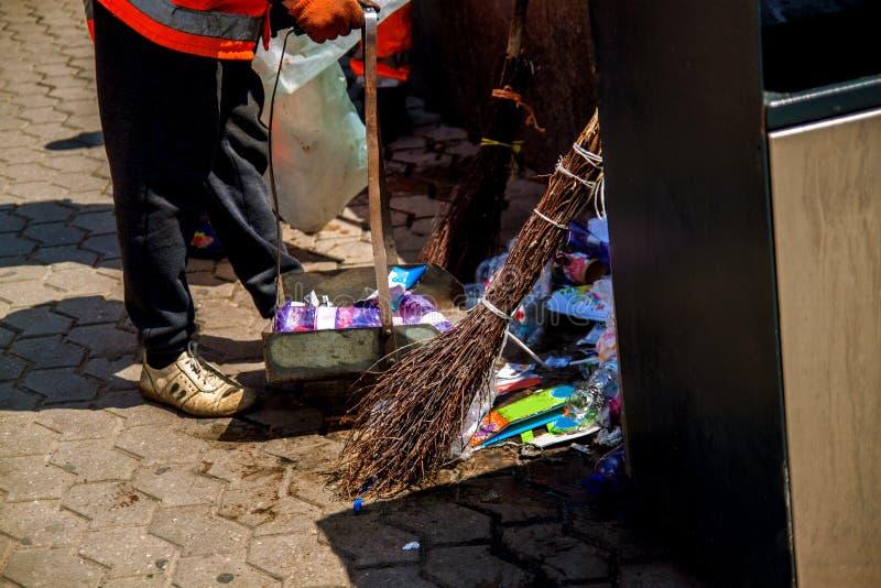 Хлам на улице на асфальте Пустые сумки и консервные банки стоковая фотография rf