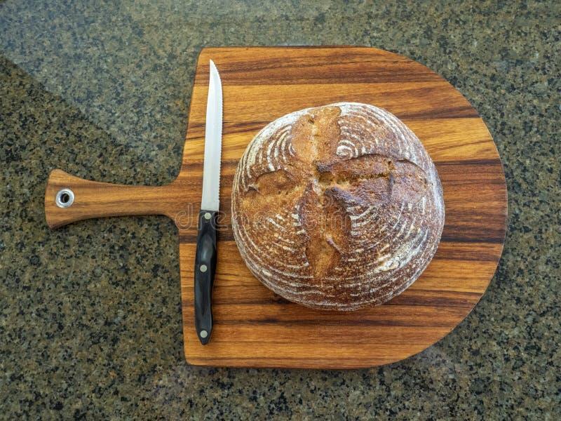 Хлебец свежего горячего домодельного кислого хлеба теста из печи испек и подготавливает быть отрезанным стоковое фото rf