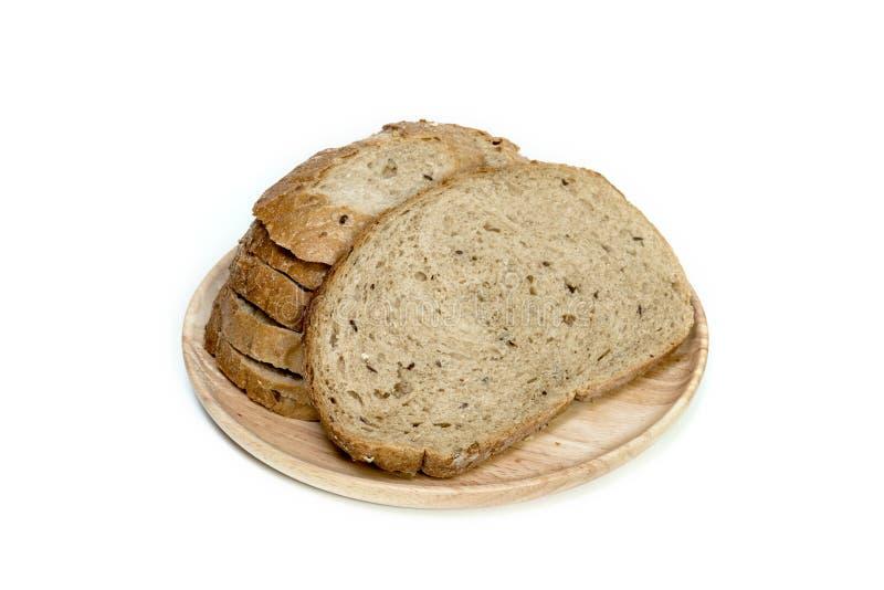 Хлебец хлеба на деревянной плите, изолированной на белой предпосылке стоковое изображение