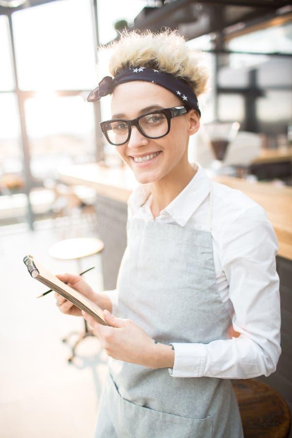 Хлебосольная официантка стоковое фото