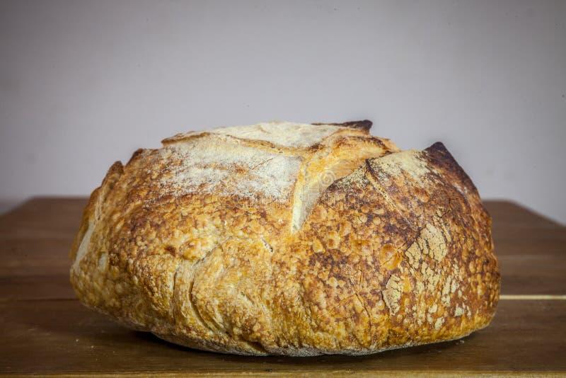 Хлебцы или miche французского sourdough, вызвали так же, как боль de campagne, на дисплее на деревянном столе стоковые фото