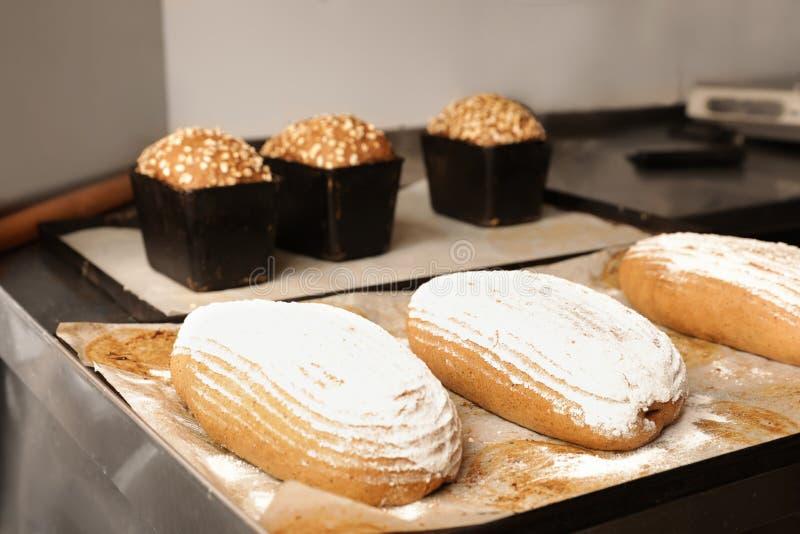 Хлебцы свежего хлеба на таблице в пекарне стоковые фотографии rf