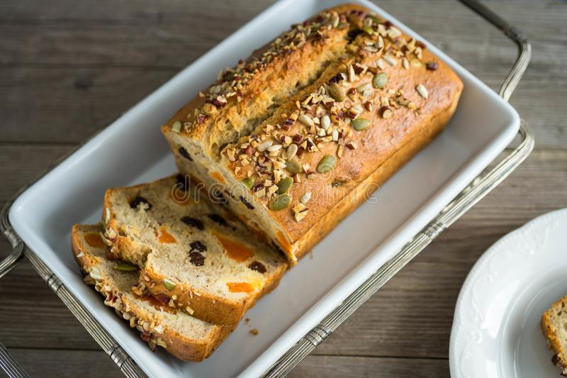 хлеб банана домодельный стоковое фото rf