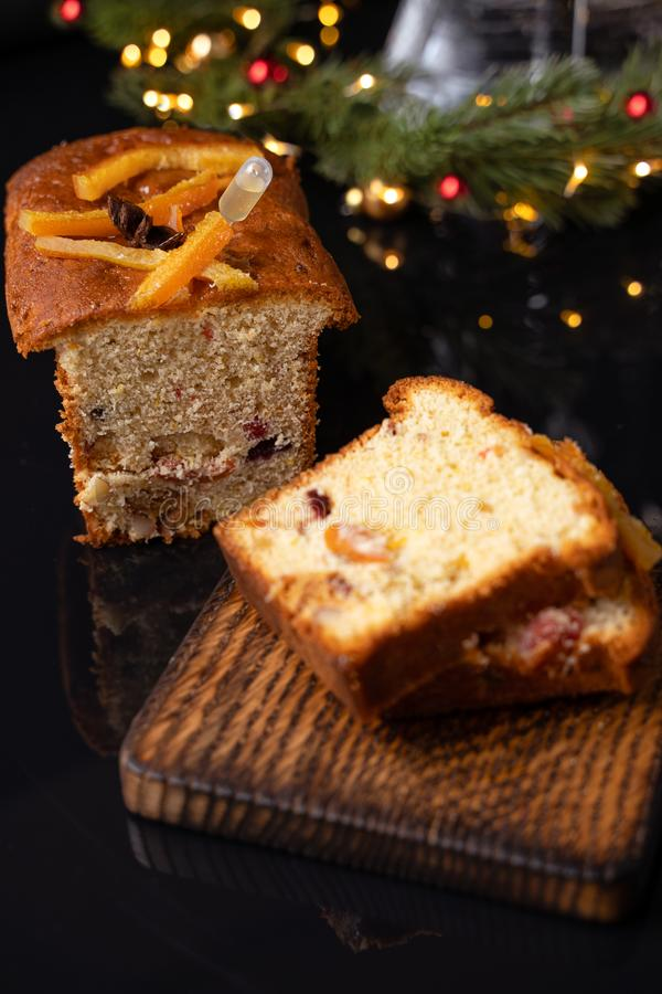 Хлеб бриоши на предпосылке праздника, выборочном фокусе стоковые изображения