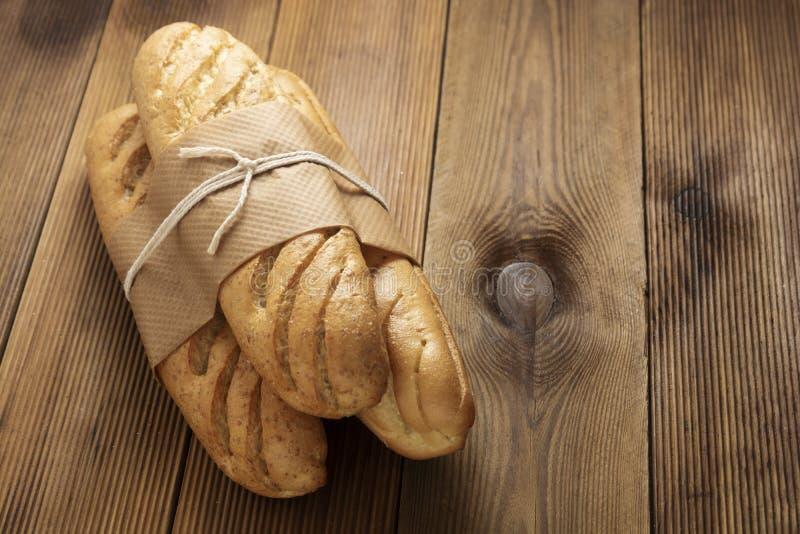 Хлеб булочек на деревянном столе в загородном стиле Кондитер, завтрак, хлеб для сэндвича изолированный, копировать пространство стоковые фотографии rf