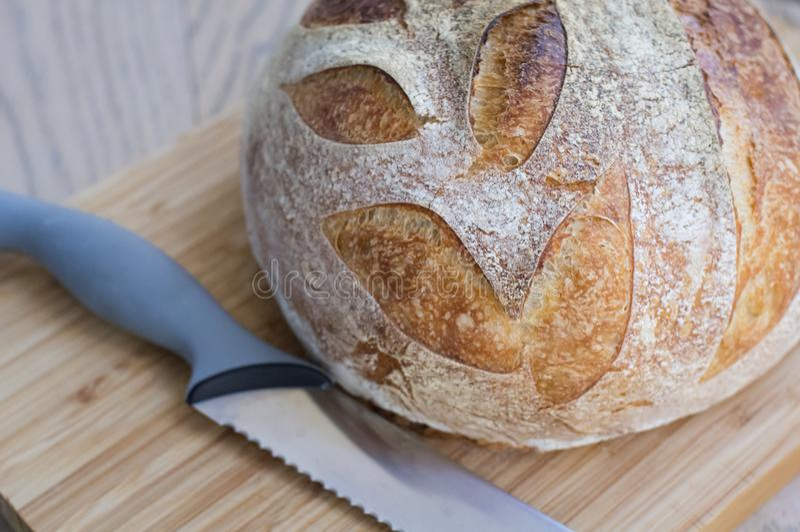 Хлеб всей пшеницы на столе стоковые изображения rf