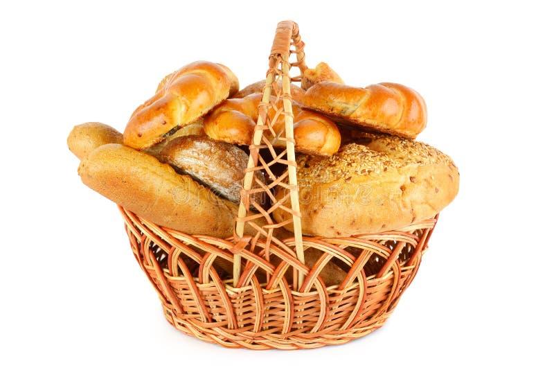 Хлеб в плетеной корзине изолированной на белой предпосылке стоковые фото