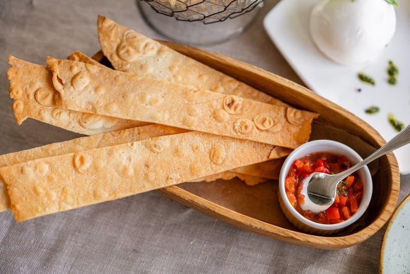 Хлеб или Focaccia с соусом Гала-ужин, служа таблица для дня рождения или свадьба Различные еды для гостей дальше стоковые фотографии rf