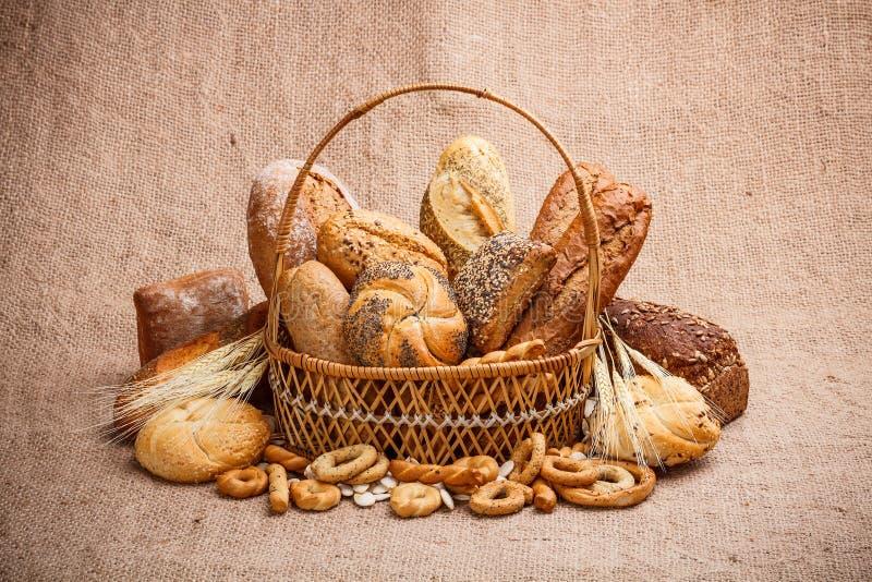 Хлеб и крены в корзине wicker стоковые изображения rf