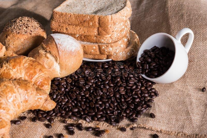 Хлеб и круассан на дерюге с пустой кофейной чашкой и c стоковая фотография